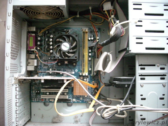 Zakurzone wnętrze komputera PC