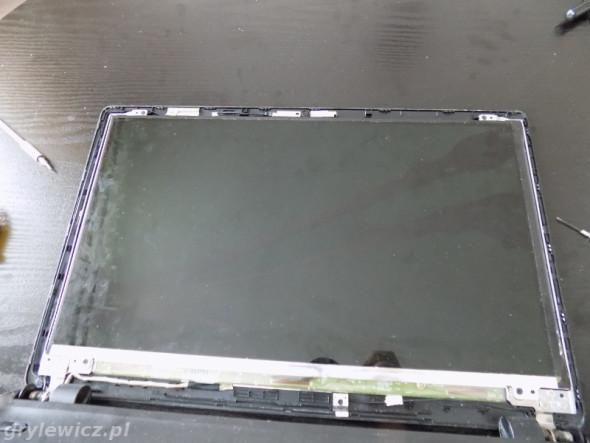 Acer ze zdemontowaną ramką matrycy